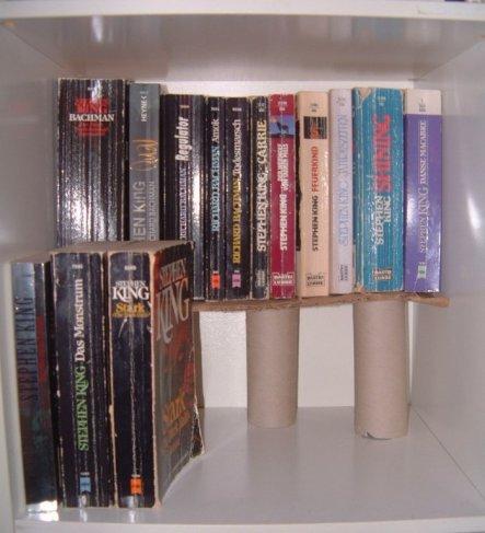 Die Idee stammt natürlich von hier. Da ich es meinen alten Bücherregal nicht zumutuen wollte,Löcher reinzubohren hab ich das mithilfe einer Klorollenk