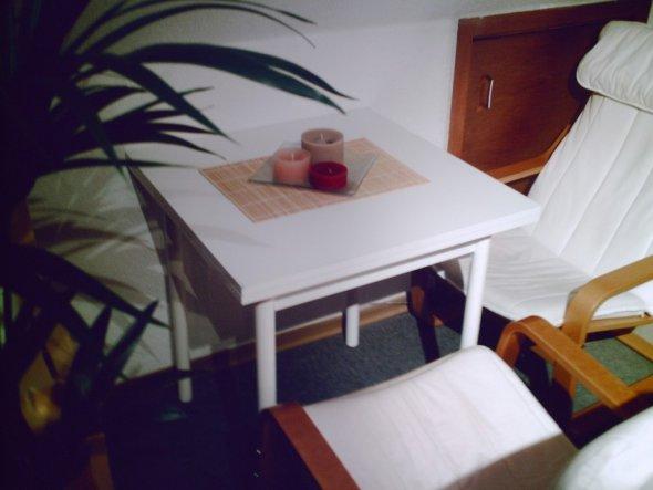 Auf Dem Tisch (ausziehbar) Selbst Gegossene Kerzen. Die Braune Tür Im  Hintergrund Beherbergt