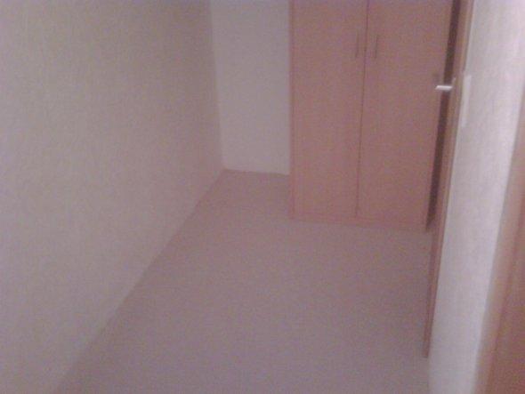 Der kleine Flur dient zukünftig als unser Ankleidezimmer, das ist praktisch, da er direkt vor dem Bad liegt. Weitere Bilder über den Fortschritt folge