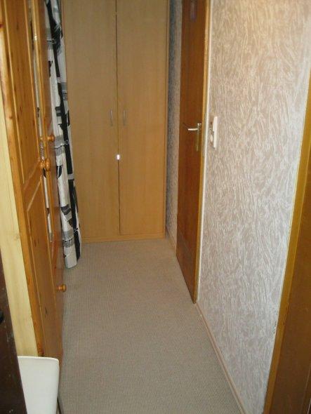 Die Tür hinten rechts führt ins Bad.
