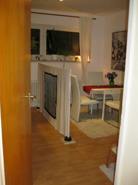Nein, der Teppich unter dem Tisch ist nicht gelblich, das liegt an der Lichtquelle (Deckenbleuchtung)