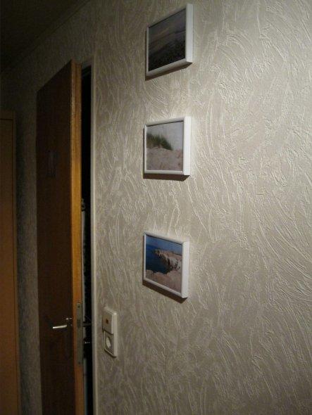 Die Tür führt ins Bad. An der Wand daneben hängen jetzt Bilder :-).