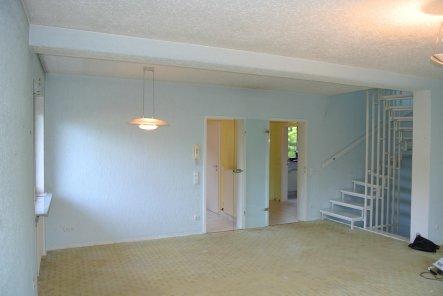 So sah es mal aus bevor der Durchbruch zur Küche gemacht wurde und als das Treppenhaus noch offen war...