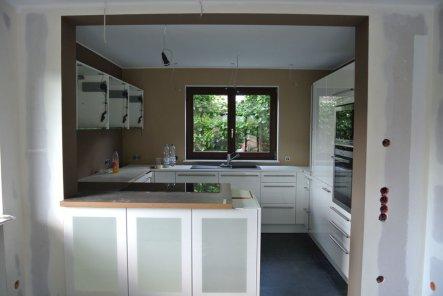 Die 1. Etappe des Küchenaufbaus ist geschafft. Jetzt noch auf die schwarze Granitarbeitsplatte warten und dann die Restarbeiten abschliessen.