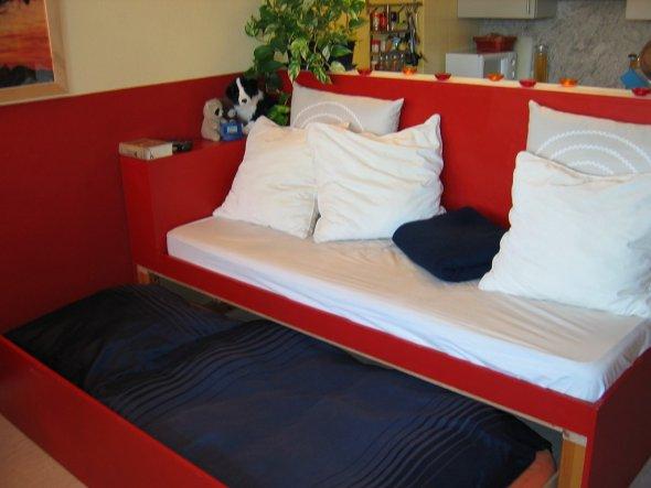 Die riesigen Kissen machen eine einfache Matratze zu einer kuschligen Angelegenheit. Darunter befindet sich mein Bett, das abends einfach hervo