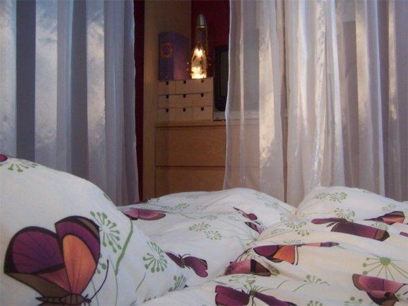 Bei zugezogenen Vorhängen nd Beleuchtung ist das Bett einfach himmlisch!