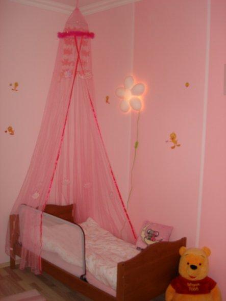 Inzwischen schläft sie schon im Juniorbett, dass fast auch so schön ist wie damals das Babybett...