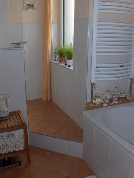 Hier ist der Eingang zu unserer geräumigen Dusche. Sie befindet sich auf einem Podest.