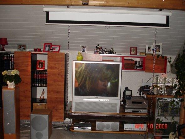 hier sieht man unsere TV Hifi Ecke (an Ketten von der Decke hängend)