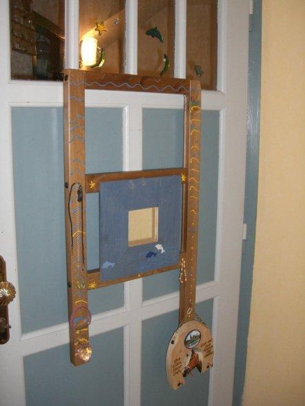 Einen Teil der Leiter des alten Stockbettes haben wir mit vielen Nägeln versehen, damit alle Ketten und Armbänder einen guten Platz haben!