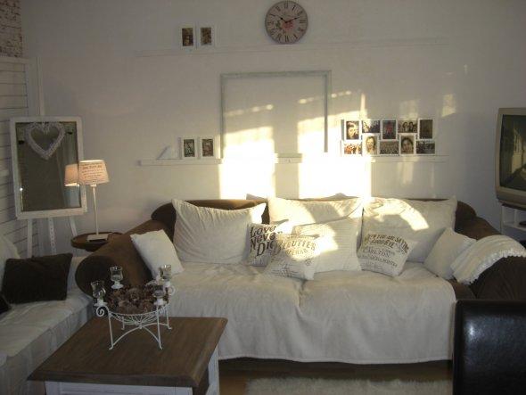 Die beiden Balken überm Sofa sind praktisch für eine wechselnde Bilderausstellung