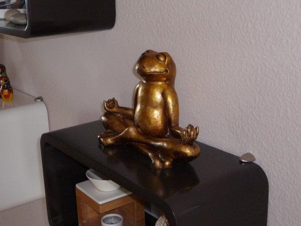 Eines der wenigen Dekoteile für die mein Mann verantwortlich ist. Er findet den Goldfrosch einfach witzig.