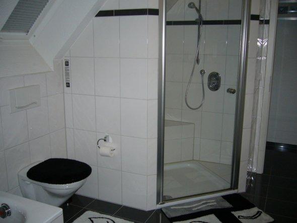 bad 39 mein bad in schwarz wei 39 meine single wohlf hlwohnung zimmerschau. Black Bedroom Furniture Sets. Home Design Ideas