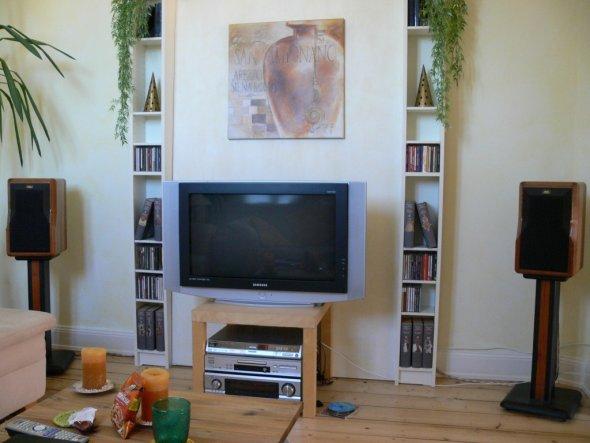 Hier haben wir eine überflüssige Türe mit einem Holzkonstrukt verkleidet und so eine gerade Wand gewonnen, um unseren Fernseher davor zu platzieren