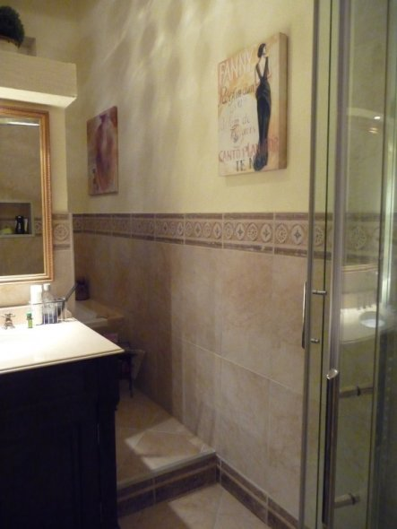 die Wand trennt ein Podest ab, auf welchem WC und Badewanne sind.