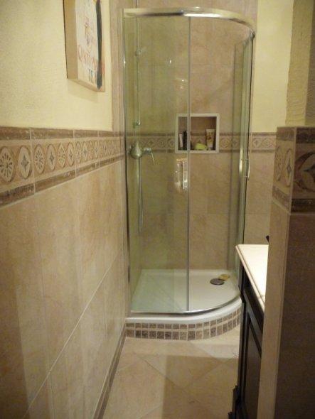 Wir wollten schon immer mal irgendwo eine eingebaute Nische haben. In der Dusche hat es geklappt :-)))