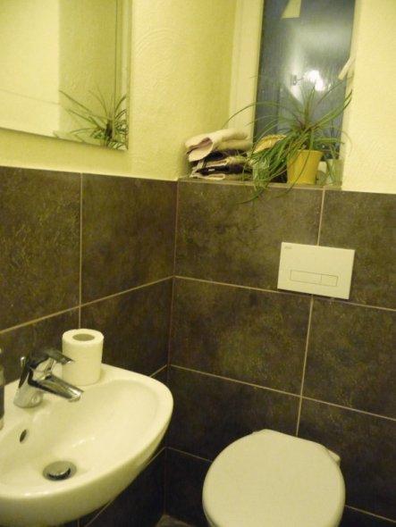 das Durchgangsbad, mit insgesamt 3!!! Türen (eine davon zum Keller) ist nun verkleinert und zum Gäste-WC geworden.