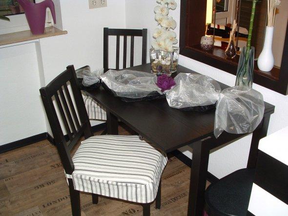 Esstisch mit Durchreiche ins Wohnzimmer.