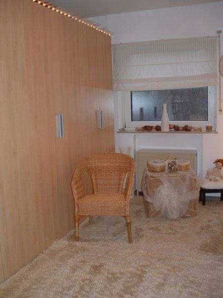 Ankleidezimmer meiner Frau mit 8 türigem Schrank.