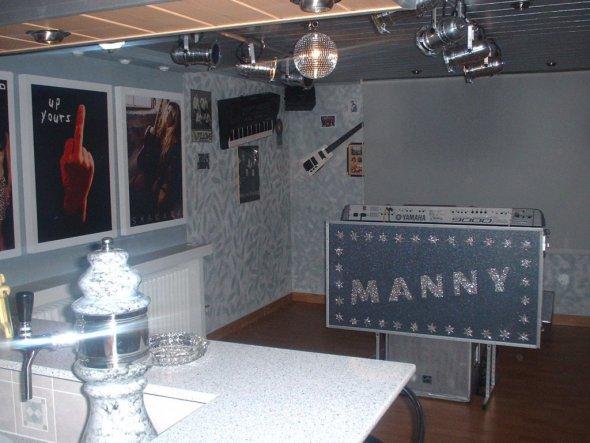Der Partyraum ist auch mein Broberaum bin Alleinunterhalter. Im Raum auch eine elektonische ausfahrbare Kinoleinwand 300x250cm Mit Licht