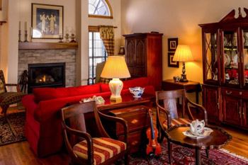 vintage im wohnzimmer mit antiken m beln zum antiken look zimmerschau. Black Bedroom Furniture Sets. Home Design Ideas