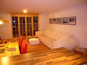 das wohnzimmer mit massivholz m beln einrichten zimmerschau. Black Bedroom Furniture Sets. Home Design Ideas